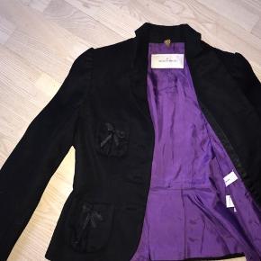 Fin Vintage By Malene Birger Jakke/blazer i sort med lilla indeni  Fine sløjfer på lommerne  Uld og cashmere