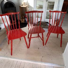 To stole fra Billund møbler med stempel og en uden stempel. Faste og stabile med patina.