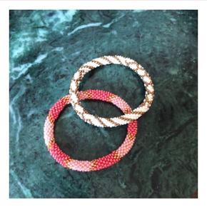 Nepal bracelets, håndlavede perlearmbånd.  Jeg har to stk. tilbage.  Prisen er fast ☺️