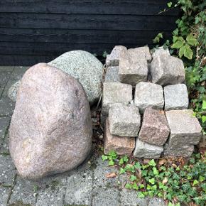 To store sten samt 26 mindre sten. Man skal selv løfte dem ned. Vi har nogle trapper fra haven og ned til vejen.