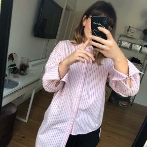 Ny pris 1000kr  Jeg sælger denne smukke skjorte da jeg ikke får brugt den mere, den er brugt 2 gange så den er i rigtig fin stand.  BYD hvis i syntes at prisen ikke passer  Køberen betaler fragten som ikke er inkluderet i prisen