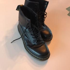 Dr Martens støvler str. 39  Sælges da jeg ikke længere får dem brugt.  De fejler intet - ud over de små 'hak' i kanten på støvlen (se billede 3).