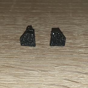 Fede diamant formede øreringe. Måler ca 1 cm. Giv et bud