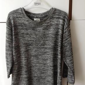 Varetype: bluse meleretStørrelse: 10år Farve: grå sort Prisen angivet er inklusiv forsendelse.  Bomuld