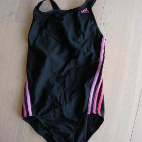 Varetype: Fedeste Adidas badedragt str. 12-14Størrelse: 12-14 Farve: Sort  Fedeste Adidas badedragt str. 12-14. Såååå lækker!   Byd!
