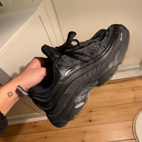 Sælger mine sorte Reebok daytona dmx, da jeg ikke får dem brugt. De er brugt i en periode, men de er stadig næsten som nye.