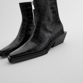 Helt nye Zara støvler! Eneste grund til de sælges er at jeg ikke nåede at få dem returneret. Sælges stadig i deres butikker.