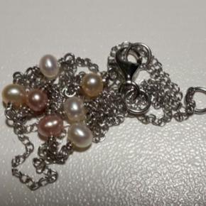 Varetype: halskæde i sølv med ægte perler. Meget fin. Aldrig brugt. Størrelse: 48 cm. To længder  Sølvkæde med ferskvandsperler i hvide til svagt rosa farver. De er ikke helt så mørke som billede 1. Det er lyset der gør kæde og perler mørkere