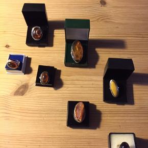 Flotte store sølv ringe med rav, spørg endelig for  størrelser og priser .  Billedet med små rav ringe efter hinanden står til frit valg 100kr.  Sender gerne på købers regning
