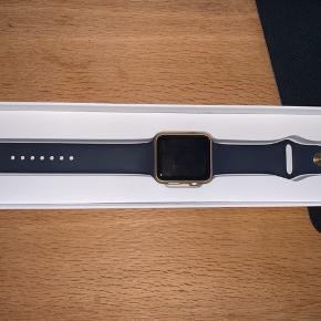 Helt nyt Apple Watch Series 1, den er aldrig brugt. Opladeren til den er også med i pakken. Størrelse: 42 mm Kvitteringen for denne har jeg ikke mere.