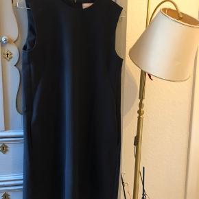 klassisk sort kjole med lommer i siden og lynlås bagved  har tegn på slid  pris sat derefter