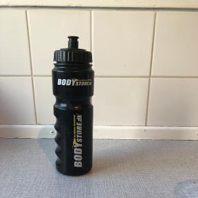 Sælger denne drikkedunk fra Bodystore.dk. Den har lidt ridser udvendigt, men fungerer fint.