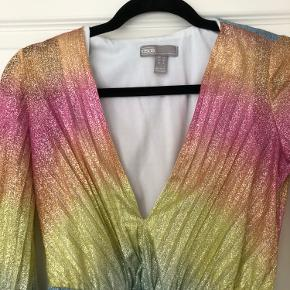 Regnbue-kjole fra asos i let glimmer stof. Med v-hals og elastik i ærmerne. Kun brugt én gang. Byd gerne.
