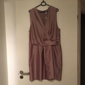 Super smuk og virkelig lækker kjole 🌸❤️aldrig brugt 🌸lille i str, tænker det er en L 🌸ny pris 499,95 😊Mp 150 kr