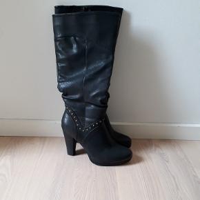 Rigtig fin støvle med god facon Let foret 10 cm. Hæl