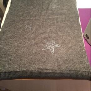 Sælger dette lækre grå Tubehalstørklæde med stjerne - kan sendes på købers regning