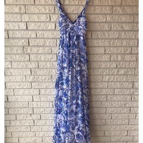 Blue summer dress 🦋. Fits: 32-36. Fejler intet.
