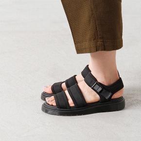 Jeg sælger disse Dr. Martens Effra sandaler, da de er lidt for store til mig. De er brugte men fremstår stadig i fin stand 😊 Nypris: 800 kroner.  Bemærk - mine er lysegrå (ses på de sidste to billeder)!!