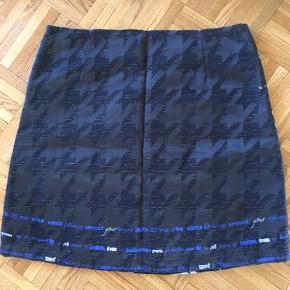 Flot nederdel med for.  Helt ny og ubrugt.  Fast stof.  Lynlås i siden.  35% bomuld, 9% uld, 36% polyester, 20% akryl.  Kan vaskes ved 30.