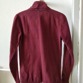 Fleece med lynlås og lommer i siden. Praktisk inderjakke og god varm