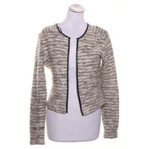 Cardigan med smukke mønstre med skulderpuder. Aldrig brugt, kan sendes hvis køber betaler for fragt!