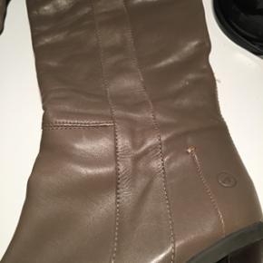 Lange høje støvler i grå læder. Går helt op til knæet. Virkelig flotte og så gode som nye.