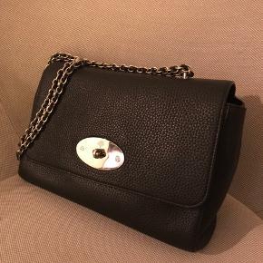 """Virkelig smuk taske fra Mulberry """"medium lily"""". Den har nærmest ingen brugstegn kun få ridser på sølvet, som er uundgåeligt. Nypris er 8600kr, og den er udsolgt lige pt. sælger kun for rette pris"""