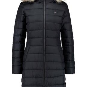 Tommy Hilfiger Essential Hooded coat, med fake-fur pelskrave, både pels og hætte kan tages af.  Jakken er ny renset.  Fremstår med enkelte brugsspor, få små ridser på siden af jakken, ses kun tæt på hvis man ved de er der. (Derfor den billige pris) Billede kan sendes.