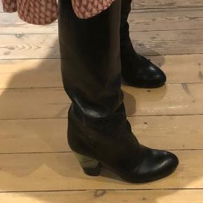 Så lækre støvler og som nye kun på hælen kan man se lidt slid