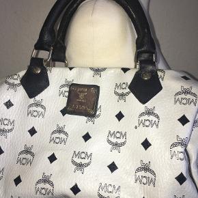 Hvid håndtaske fra MCM - med all over logo print i sort. Lidt slid på håndtagene - superfin størrelse.