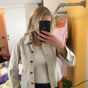 Meget flot blazer/denim jakke fra Jensen - knapperne er metal brun ish ikke sorte :))