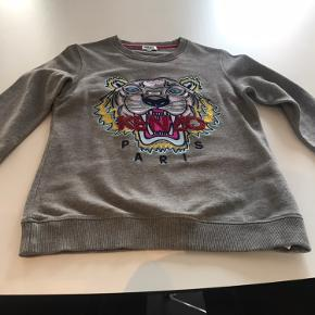 Super flot og klassisk sweatshirt fra Kenzo - ikke brugt meget og fremstår derfor som næsten ny. Jeg bytter ikke