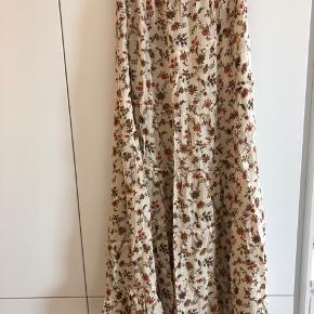 Smuk lang nederdel. Aldrig brugt. Perfekt til sommeren.