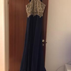 Maxikjole i blå med gulddetaljer/ glimmer.   Halterneck foran, som går ned i lige stropper bagved. (Se billeder) kan passes af, vil skyde på S/M.   Man er velkommen til at prøve kjolen før et eventuelt køb.   Er åben over for bud. BYD 😊  Skal af med kjolen pga flytning og har presset prisen max i bund!