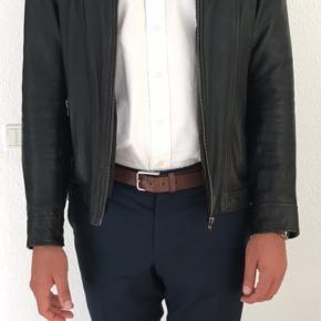 Jeg sælger min læderjakke, da jeg får den ikke brugt.  Modelnavn: Krede Dessin: 1440 Soft Leather Nypris: 2.000kr.  Fejler intet :-)