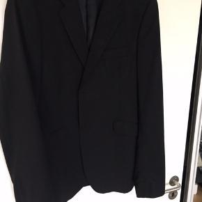 Sort Acne Wall Street blazer, brugt få gange. Str. 52, er blevet syet lidt ind i siden. Nypris 4000