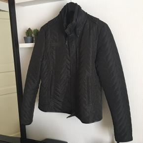 Super flot overgangs jakke.  Mørk army, brugt få gange.  Smal model.  Fra ikke-rygere hjem.