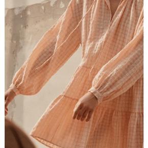 Flot kjole i ferskenfarve. Aldrig brugt, byd