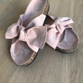 Super skønne sommer sandaler i sart Rosa med sløjfe.  Sandalerne er størrelse 40, men de svarer mere til 39.