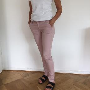 Stramme jeans i lyserød / sart rosa Bemærk at de sidder liiige stramt nok på mig (jeg er en S/M)
