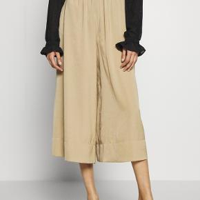 Stylenavn: Minga Trousers  Jeg har sat en masse ting til salg og har super travlt, så sender ikke flere billeder og måler ikke. Man kan Google stylenavn for mere info.  Ved købt af 3 ting får du 20%