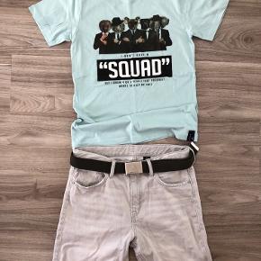 🦋 Super lækkert sæt shorts & T-Shirt 🦋  H&M Fede Slimfit shorts i et fedt, råt look 👌🏻 Grå, Str. 164 Helt nye, dog vasket én gang på 30 grader.   DWG Fed T-Shirt med sjovt print👌🏻 Mint, str. 164 Helt ny og ubrugt  Ps: bæltet følger ikke med.  Sælges samlet til kr: 100,- pp (hvilket er meget billigt for dette sæt)  Se også mine andre annoncer. Har en del drengetøj, men også til mor 🌟