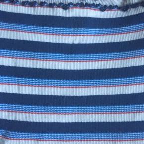 Lækker bluse/top med striber i hvid/mørkeblå/lyseblå/rød med fede detalje ved åbningen og ærmerne , kun prøvet på herhjemme, men desværre til den lille side til mig.