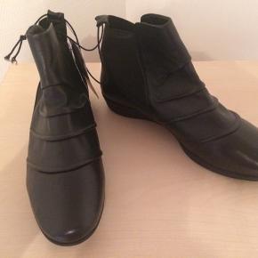 Flotte, forede vinterstøvler i læder og med kinahæl.