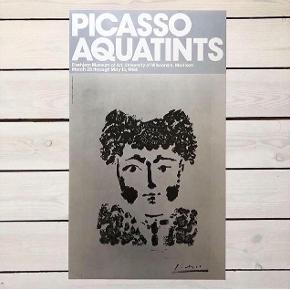 Fin udstillings plakat med motiv af Pablo Picasso. Måler H61 x B35,5 cm. I fin stand. Kan afhentes i Slagelse eller sendes på købers regning :)
