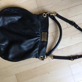 Denne dejlige taske sælges, godt brugt men stadig rigtig flot i skindet - forret er som ses på billedet lidt nusset men intakt. Størrelse ca 35x35