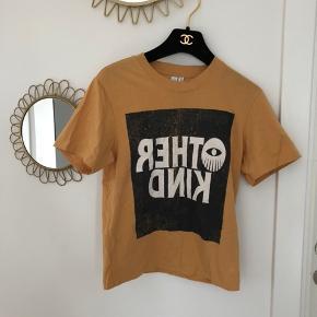 Fineste t-shirt sælges! Har en anelse misfarvning ved halsen (se billede 2). Størrelse 38, men vil bedst passes af en 36/small. Sælges til 25kr afhentet eller plus 33kr i DAO porto/10kr som brev med PostNord.