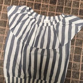 Todelt sæt fra name-it - lille i str  Prøvet på - aldrig brugt Top kan være både off-shoulder og alm - bukser 7/8 længde