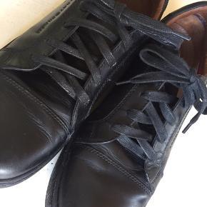 Lækre sorte sneaks i skind, brugte men i rigtig god stand - ses hovedsageligt under skoene. Byd gerne👍
