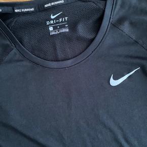 Super behagelig langærmet Dri-Fit træningstrøje fra Nike. Brugt meget få gange.